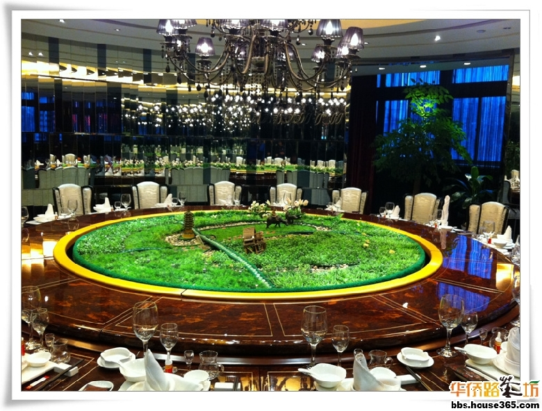简笔画一家人围桌吃饭-好大的桌子啊 中间那是神马 小景观