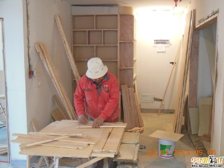 客厅木工:鞋柜酒柜那是不可少的了,沙发初加了个柜子及吧台