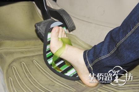 不少女性朋友喜欢穿拖鞋开车