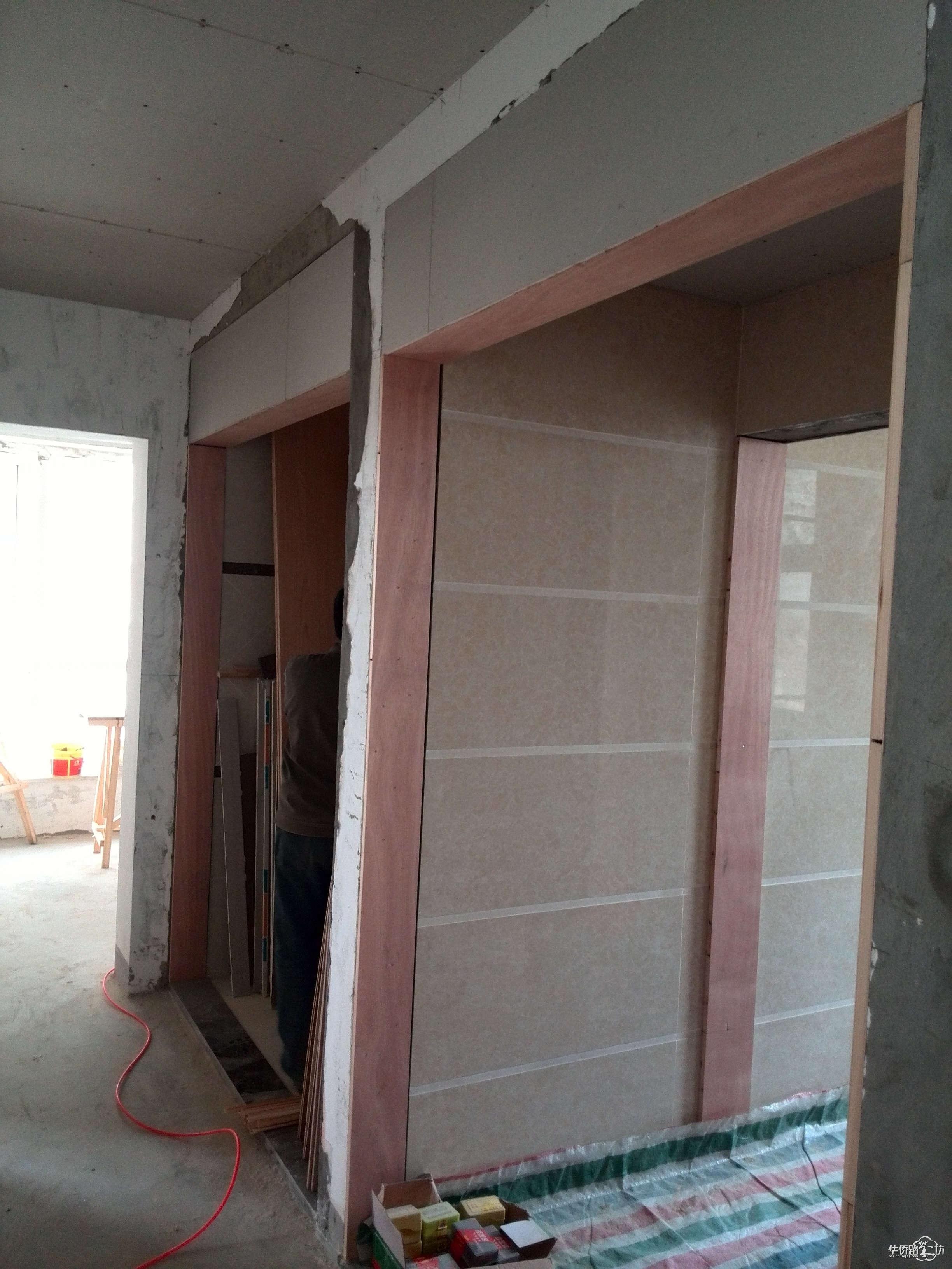 这个是卫生间门框的位置,木工师傅都给我打上木板了,这个地方是要做