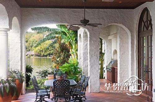 踩在古朴的地砖上,徐步来到别墅的大门处,优美的盆栽高低错落有致