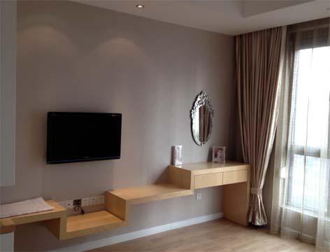 主卧室的电视柜与梳妆台连为一体