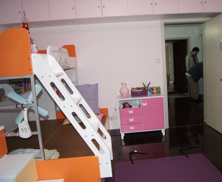 这是儿童房的一角,作为孩子的学习区,这是书桌,书桌的上方木工打了一