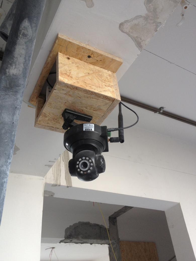 水管顶面走既节约空间又方便日后检修.每根水管做保温处...