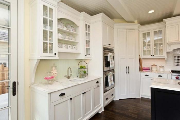 厨房装修效果图,随着人们生活水平的提高,厨房设计已是现代家居设计的重点之一,它不仅是人们煮食的地方,还是人们生活品质的彰显。一个设计时尚、灵活和实用的厨房空间是快乐家居生活的第一步。 厨房装修效果图,颜色材料美观搭配 对于需要接触很多琐事的厨房来说,外貌的美观能让使用者更加称心如意。