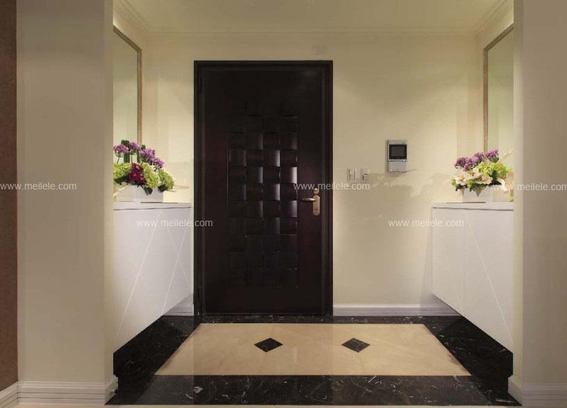 在这套玄关装修图片之中,其白色的入墙鞋柜的设计,不仅为整